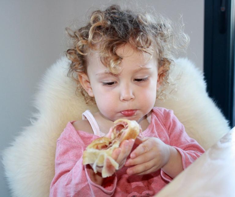 violette mange le pain